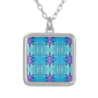 Colar Banhado A Prata Teste padrão feminino do Lilac azul Azure bonito