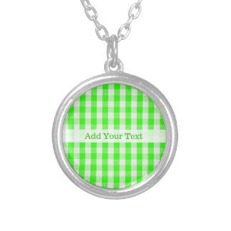 Colar Banhado A Prata Teste padrão verde de néon do guingão por Shirley