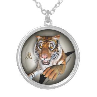 Colar Banhado A Prata Tigre e pendente chinês do símbolo