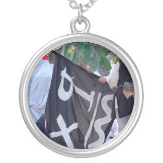 Colar Banhado A Prata tomada abaixo da imagem do poster da bandeira de