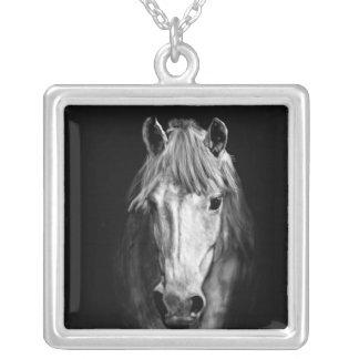 Colar Banhado A Prata Um cavalo chamou Elvis