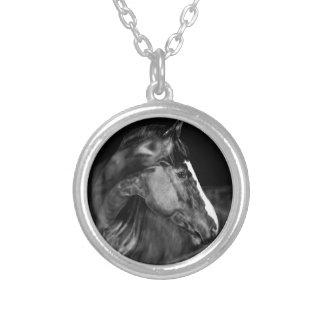 Colar Banhado A Prata Um cavalo que olha para trás