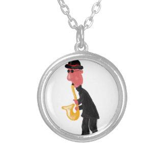 Colar Banhado A Prata Um homem que joga o saxofone