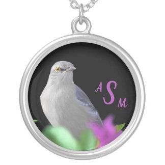 Colar Banhado A Prata Um pássaro de zombaria do norte com as folhas do