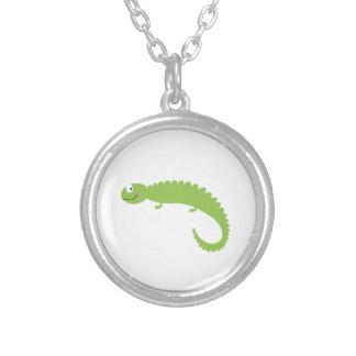 Colar Banhado A Prata Verde do lagarto do design no branco