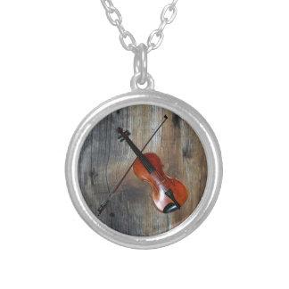Colar Banhado A Prata Violino do ~ do violino com fundo de Barnwood