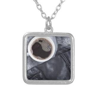 Colar Banhado A Prata Vista superior de um copo branco com café