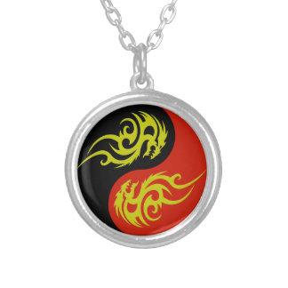 Colar Banhado A Prata yin yang e dragão do ouro