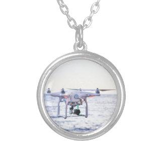 Colar Banhado A Prata Zangão do vôo na costa acima do mar