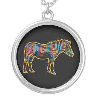 Colar Banhado A Prata Zebra colorida do arco-íris