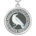 Colar branca do pendente do corvo