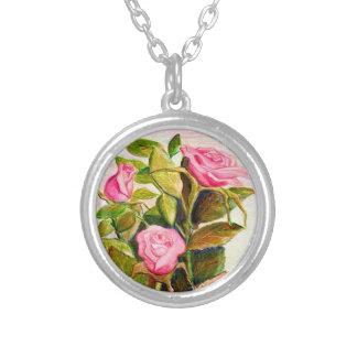 Colar chapeada dos rosas do primavera prata
