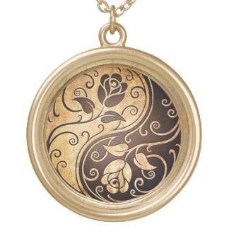 colar chapeada ouro de yang do yin dos rosas
