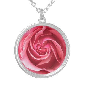 Colar com fim acima da foto do rosa do rosa