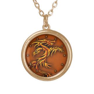 Colar com um design dos dragões
