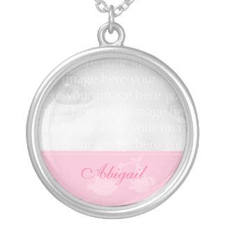Colar cor-de-rosa da prata da foto do bebê da cego
