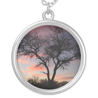 Colar da silhueta da árvore do nascer do sol
