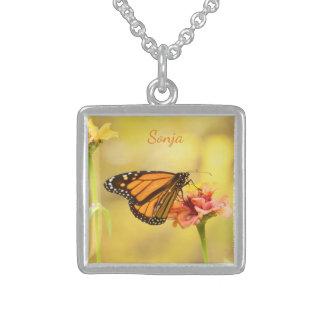 Colar De Prata Esterlina Borboleta de monarca no Zinnia