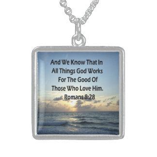 COLAR DE PRATA ESTERLINA VERSO DE INSPIRAÇÃO DA BÍBLIA DO 8:28 DOS ROMANOS
