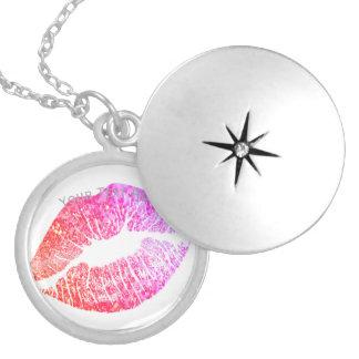 Colar Medalhão Beijos