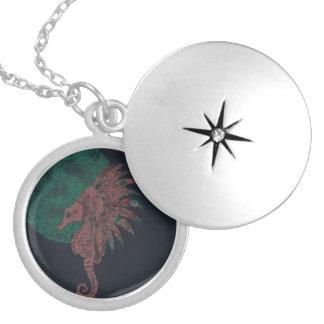 Colar Medalhão cavalo marinho pela lua