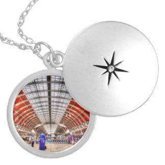 Colar Medalhão Estação Londres de Paddington