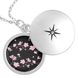 Colar Medalhão Flor de cerejeira - preto