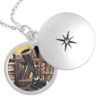Colar Medalhão Fonógrafo do vintage na biblioteca cerca de 1880