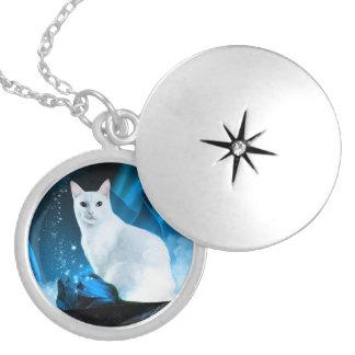Colar Medalhão Gatinho branco com rosas e sparkles azuis