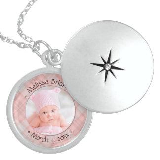 Colar Medalhão Lembrança datado da xadrez recém-nascida do rosa
