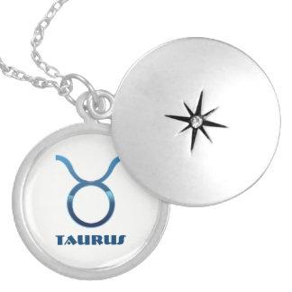 Colar Medalhão Sinais azuis do zodíaco do Taurus no branco