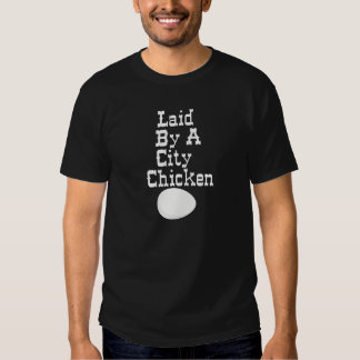 Colocado por uma galinha da cidade tshirts