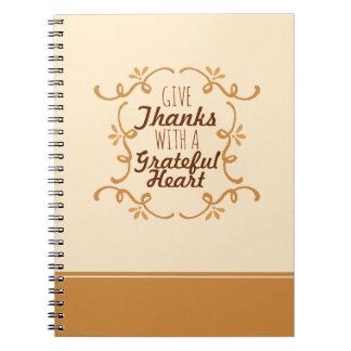 Com um caderno grato da acção de graças   do