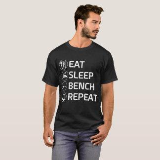 Coma a camisa do exercício da repetição do banco