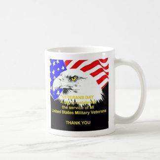 Comemorando a caneca do dia de veteranos do