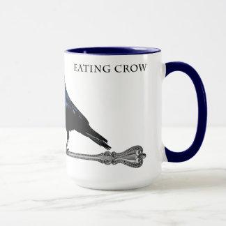Comendo a caneca de café do corvo
