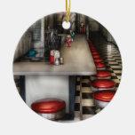 Comensal - os anos 50 - a sala de estar do sorvete ornamento de cerâmica redondo