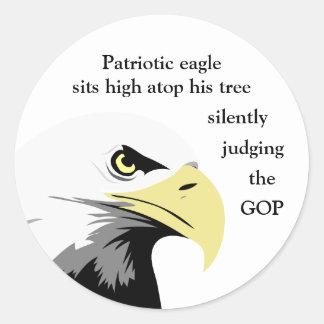 Comentário da águia americana na política moderna adesivo redondo