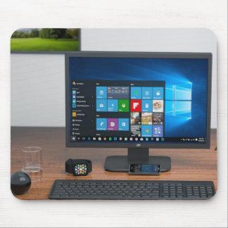 Computador e acessórios na mesa Mousepad