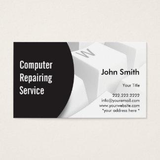 Computador moderno do teclado que repara o cartão