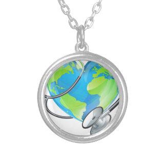 Conceito da saúde do estetoscópio do globo do colar banhado a prata