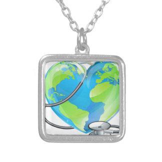 Conceito da saúde do mundo da terra do colar banhado a prata