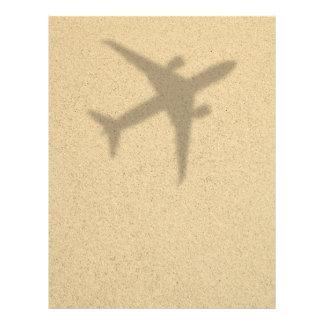 Conceito das férias. Sandy Beach com plano da Flyer 21.59 X 27.94cm
