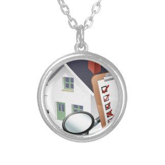 Conceito do estetoscópio da casa e da prancheta da colar banhado a prata