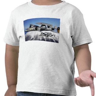 Conduta de dois E-2C Hawkeyes uma demonstração aér Camiseta