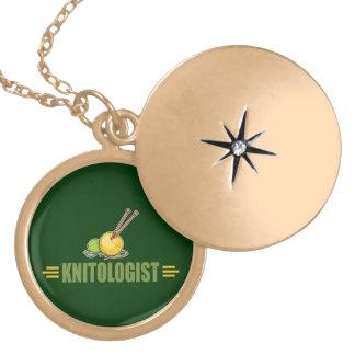Confecção de malhas cómico colar medalhão