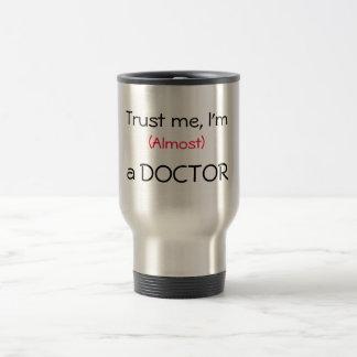 Confie-me, mim são (quase) um doutor caneca térmica