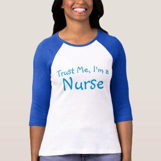 Confie-me, mim são uma enfermeira camiseta