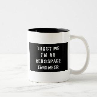 Confie que eu mim é um engenheiro aeroespacial caneca de café em dois tons