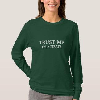 Confie que eu mim é um pirata (texto branco) camiseta